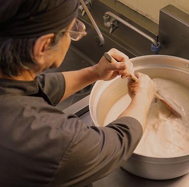 花かまくら中庄店のわらび餅は職人の手練り